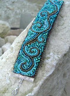http://www.zaziegyongye.blogspot.co.uk     Beautiful blue beaded bracelet.