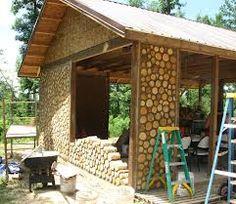 Cordwood building. Kubbhus. Avbarkat trä som muras upp med murbruk eller cob-blandning. http://en.wikipedia.org/wiki/Cordwood_construction