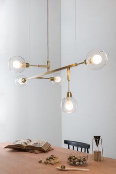 Golden-Art T55100-VD Lustre Cinque G com Vidro Lustre geométrico com 5 bolas de vidro transparente nas pontas, suspenso por 2 cabos de aço. Linha de lustres pendentes, de desenho geométrico e leve. Estão disponíveis em diferentes comprimentos e composições, podendo ser com 2, 4 ou 5 lâmpadas.