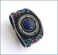 Bracelet-Manchette Lapis-lazuli et perles multicolores Lapis Lazuli, Bracelet Cuir, Bracelets, Captain Hat, Hats, Fashion, Beads, Unique Jewelry, Moda