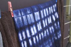 shibori8 550x366 DIY Shibori Dye Wedding Napkins Tutorial