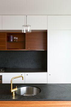 Pour la facon dont les armoires sont encadrees  Balmain Houses / Benn at Benn & Penna Architects