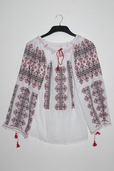 Traditional romanian blouse with red and black embrodery via Etsy Romanian Girls, Hungarian Embroidery, Folk Fashion, Folk Costume, Embroidered Blouse, Peasant Tops, Jeans Style, Gorgeous Women, Cool Style