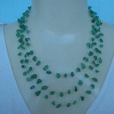 Colar crochê feito com pedra natural quartzo verde de fofo e linha branca própria para bijuterias. R$18,00