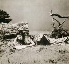 海岸でアルバムを見る女性(明治時代の美人ランキング)