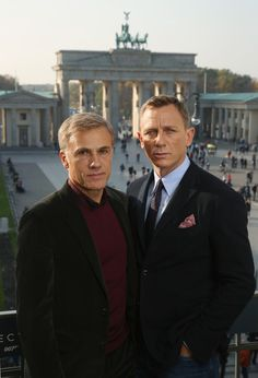 Christoph Waltz and Daniel Craig pose with the Brandenburg Gate behind during a photocall prior the German premiere of the new James Bond movie 'Spectre' at Hotel Adlon on (October in Berlin, Germany. Christoph Waltz, Rachel Weisz, James Bond Actors, James Bond Movies, Daniel Craig James Bond, Daniel Craig Spectre, Bond Series, Best Bond, Z Cam