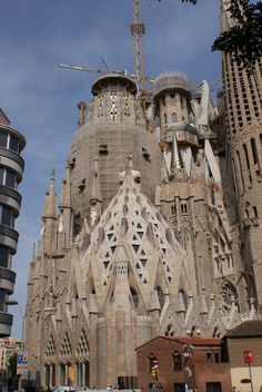 BARCELONA | la Sagrada Família | En construcció - Page 174 - SkyscraperCity Lebanon Beaches, Pablo Picasso Cubism, Places To Travel, Places To Visit, Antonio Gaudi, Barcelona Architecture, Madrid, Barcelona Travel, Old Buildings