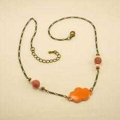 Collier Mi-Long Nuage en sequin émaillé orange corail, perles de verre blanches et bronzes, métal bronze et agate veine : Collier par geb-et-nout