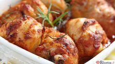 Ottima pietanza il pollo! Fortunatamente piace a tutti ed è una di quelle carni bianche che, essendo molto versatile, si può preparare in diversi modi e tutti saporiti ed adatti ad ogni occasione. Ecco tre ricettine super facili per cucinare il pollo al forno che sono l'ideale per una cena in famiglia o per una cena in terrazzo co