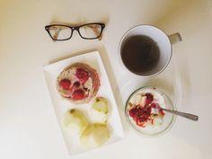 Petit-déjeuner : bowlcake fromage blanc 0% poire framboises et thé.  Passez une bonne journée !  Breakfast: bowlcake yogurt 0% pear strawberries and tea.  Have a good day   #breakfast #bowlcake #januarydeesse#thekaylamovement #healthychoice #csdeesse #bbg #bbggirls #bbgcommunity  #healthylife #fit #fitfam #instadiet #lifestyle #fitnessjourney #fitfrenchies #bodydeesseloading #programmedeesse #bodytime #nopainnogain #GardezLaPêche #onmangepropreetonsentraînesale #bodytimeuse #ProgrammeDéesse…
