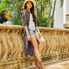 Replace the shorts with skinny jeans Long Shrug, Cowgirl Look, Travel Dress, Western Dresses, College Fashion, Modern Outfits, Traditional Dresses, Travel Style, Fashion Outfits
