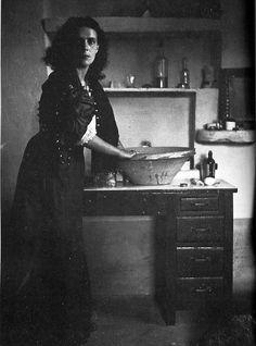 """""""Supe entonces que estaba hablando de mí y de mi cocina,   y de mis hijos lunares   y de las estrellas que yo trituro"""".   Remedios Va..."""