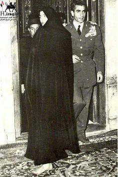 صورة نادرة يظهر فيها الشاه الايراني محمد رضا بهلوي مع زوجته الملكة ثريا اسفندياري خلال زيارتهم لضريح الامام الحسين في كربلاء في 19 آب من عام 1953. بعد هروبه من ايران نتيجة حركة مصدق حيت التجأ الى العراق .