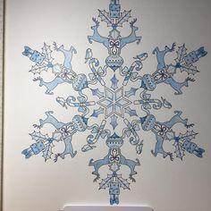 雪の結晶✨最初トナカイを茶色で塗ってたんだけど、やっぱり全部青系がいい!と思って消しました(笑) 例の如く背景がなぁ~…手つけられないorz  #大人の塗り絵 #ジョハンナ  #johannaschristmas  #色辞典 #ファーバーカステル #ラメペン