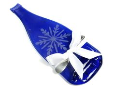 What a great hostess gift!!  Wine Bottle Cheese Tray with Snowflake Design
