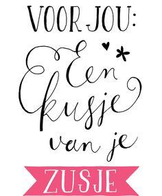Handgetekende ansichtkaart met de illustratie 'Voor jou: een kusje van je zusje'. Voorzijde in matlaminaat, met roze accenten op voor- en achterzijde.