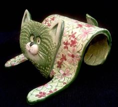 Hand Built Texture Slab Cat Cell Phone Holder The Effective. Informations About Hand Built Texture Hand Built Pottery, Slab Pottery, Ceramic Pottery, Ceramic Art, Iphone Car Holder, Cell Phone Holder, Iphone Stand, Pottery Animals, Ceramic Animals