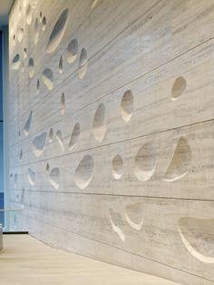 Sculpted travertine wall by Kohn Pedersen Fox materials