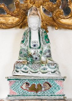 A CHINESE FAMILLE-VERTE GLAZED-BISCUIT FIGURE OF GUANYIN AND AN ASSOCIATED PEDESTAL  19TH CENTURY