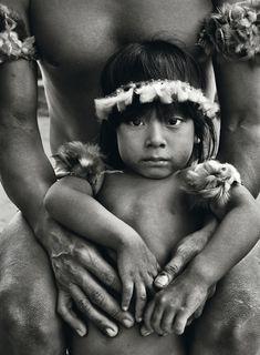 La remota tribu de los awá | Fotografía | EL PAÍS  El hijo de Piraima, en brazos de su padre. En la comunidad awá, los progenitores permanecen muy cerca de sus pequeños.  SEBASTIÃO SALGADO (AMAZONAS IMAGES / CONTACTO)