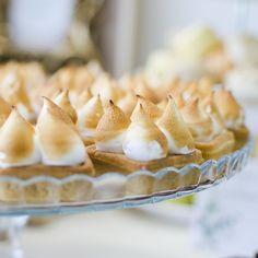 O noua tarta cu un decor modern, dintr-un aluat frantuzesc, in care am lasat sa se rasfete minunata crema de lamaie. Bezelele flambate, asezate deasupra, intregesc imaginea, inaltandu-se frumos spre soarele primaverii care urmeaza. Pie, Desserts, Food, Torte, Tailgate Desserts, Cake, Deserts, Fruit Cakes, Essen