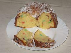 Lentilkova babovka       2 hrnky polohrubé mouky     1 hrnek cukru krupice     1 hrnek sladké smetany (30%)     4 vejce     lentilky     vanilkový cukr     citrónová kůra z 1/2 citronu     1/2 prášku do pečiva