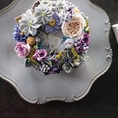 ㅡ Noble. Soo.  고귀한 이미지를 가지고있는 보라색계열. 내가좋아하는 색들 ㅡ  #flower #cake #flowercake #partycake #birthday #weddingcake #buttercreamcake #buttercream #designcake #soocake #플라워케익 #수케이크 #꽃스타그램 #버터크림플라워케이크 #베이킹클래스 #플라워케익클래스 #생일케익 #수케이크 #잉글리쉬로즈  www.soocake.com vkscl_energy@naver.com