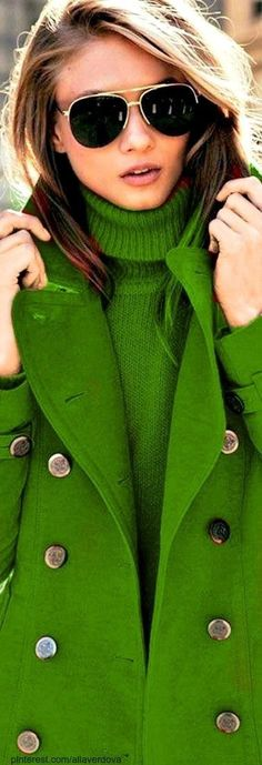 Green Sweater & Jacket Source by sweater verde Green Fashion, Winter Fashion, Red Sunglasses, Sunnies, Quoi Porter, Mein Style, Green Coat, Green Jacket, Trendy Fashion