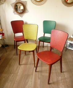 Chaises en skaï colorées