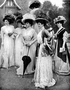 Typical Fashion Style of Edwardian Era – Vintage Photos of Ladies in Trailing Dresses with Peach Basket Hats ~ vintage everyday Retro Mode, Mode Vintage, Vintage Ladies, Victorian Ladies, Victorian Era, Edwardian Dress, Edwardian Fashion, Vintage Fashion, Edwardian Style