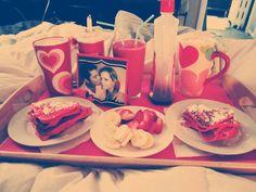 Valentine's breakfast in bed Overnight Breakfast Casserole, Breakfast For Dinner, Breakfast Recipes, Vegetarian Recipes Dairy Free, Quick Casseroles, Valentines Breakfast, Breakfast Photography, Holiday Treats, Romantic