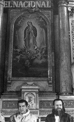 Los escritores venezolanos Eduardo Liendo y Salvador Garmendia, en la Feria Internacional del Libro de Guadalajara (1990). En el fondo de la fotografía se puede observar una imagen de la Virgen de Guadalupe, patrona de México (YURI VALECILLO / ARCHIVO EL NACIONAL)
