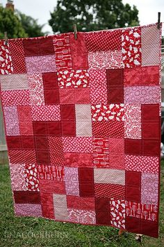 easy lap quilt - cut 10 x 5 rectangles from various red fabrics, created blocks using two different red panels, and do a fence row-esque pattern, alternating vertical and horizontal placement. Patchwork Quilting, Lap Quilts, Quilt Baby, Scrappy Quilts, Big Block Quilts, Jellyroll Quilts, Quilting For Beginners, Quilting Tips, Quilting Tutorials