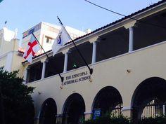 Escuela Episcopal 8:36 a.m. domingo,  27 de octubre de 2013. En esta foto podemos observar dos banderas izadas en fin de semana. Al este ser un país laico y a mi entender por la separación de iglesia-estado, esta institución no esta tiene obligación de izar las banderas de los Estados Unidos y de Puerto Rico.