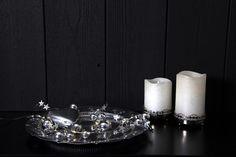 Nydelig lysslynge i sølv farge med julekuler og stjerner på en Dew Drop slynge. Vakker til både borddekorasjon, til blomsteroppsatser eller til hyller og vinduer hvor den kan skinne vakkert. Crown, Stars, Corona, Sterne, Crowns, Crown Royal Bags, Star