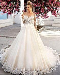 Olha a barra toda em renda desse vestido! Um sonho para desejar boa noite e bons sonhos às noivas! Inspirem-se. - Vestido: @evalendel. - - #noivadeevase #blognde #blogdenoiva #blogdecasamento #vestidodenoiva #noiva http://gelinshop.com/ipost/1522886816188177316/?code=BUiYX2gBZuk