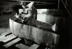 ClassicPics @History_Pics  ·   English archaeologist Howard Carter after discovering the tomb of Tutankhamun, 1922.