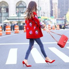 A statement embroidered coat with skinny jeans, colored pumps and a matching bag.