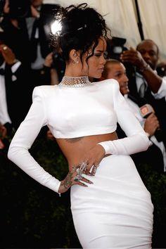 Rihanna in a Stella McCartney dress walks the red carpet at 2014 MET Gala Mode Rihanna, Rihanna Style, Rihanna Fenty, Rhianna Fashion, Classy Outfits, Cute Outfits, Rihanna Outfits, Stella Mccartney Dresses, Selena Gomez Photos