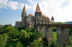 Corvin Castle Romania, in Hunedoara. Said to be way cooler than Bran Castle. there is a train station B-dul Republicii About 8 daily trains connect Hunedoara with Simeria and then from there you can go to Brasov Beautiful Castles, Beautiful Buildings, Beautiful Places, Beautiful Pictures, Amazing Places, Chateau Medieval, Medieval Castle, Gothic Castle, Peles Castle
