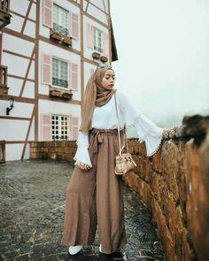 Love the combination Modern Hijab Fashion, Street Hijab Fashion, Hijab Fashion Inspiration, Muslim Fashion, Modest Fashion, Fashion Outfits, Hijab Style, Casual Hijab Outfit, Hijab Chic