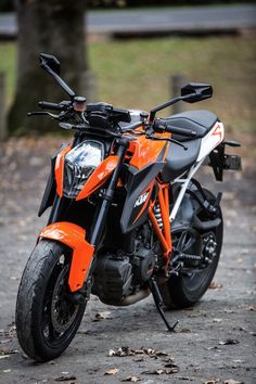 Bikes Discover KTMs 1290 Super Duke R falls mercifully short of expectations The KTM 1290 Super Duke R is surprisingly comfortable and rideable Motos Ktm, Ktm Motorcycles, Custom Motorcycles, Custom Baggers, Ktm Super Duke, Duke Motorcycle, Duke Bike, Beast Mode, Ktm 125 Duke