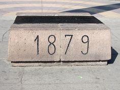 Cacería Tipográfica N° 223: Como parte del Arco Parabólico que recuerda a Francisco Bolognesi y Miguel Grau en la ciudad de Tacna se encuentra tallado el año en que empezó la Guerra del Pacífico, 1879.