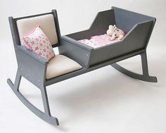 ロッキングチェアと揺りかごが一緒になった椅子「ROCKID」。お母さんと赤ちゃんが一緒に揺れる。