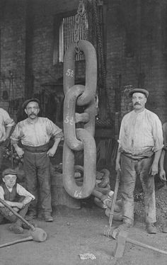 Men stand with giant chain links forged for the Titanic's Hingley anchor, 1910 - 28 Titanic Photos You've Never Seen Before By Erin Kelly on June 2017 Rms Titanic, Titanic Photos, Titanic History, Titanic Ship, Old Pictures, Old Photos, Rare Photos, Photos Rares, Anchor Chain