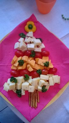 cubes de fromage et tomates cerise. : Apéro de Noël