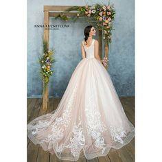 Восхитительная Армель, свадебное платье романтичного цвета пудры из мягчайшего еврофатина с кружевом в виде перьев жар-птицы и роскошным шлейфом, зона декольте вручную расшита жемчугом... Для вас мы выбираем лучшее �� платье в наличии, спешите примерить его! #новинкавналичии_melanietula #свадьба2017 #свадебныеплатья #платьеневесты #свадебныйсалонТула #свадьбавТуле #невеста #свадебноеплатье #невестаТула #дизайнерскоеплатье #bride #dress #weddings #annakuznetcova #weddingdress #melanietula…