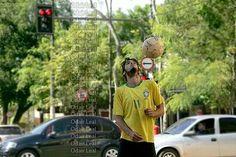 Artista de rua da show em semáforo na capital do Acre, Rio Branco - Foto: Odair Leal ©  2014 TODOS OS © 2014 TODOS OS DIREITOS RESERVADOS
