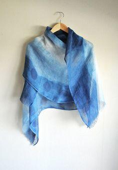 Dies ist ein Indigo Hand gefärbten Schal. > Funktionen 100 % Leinen in Japan hergestellt. Ca. 61,5 x 195 cm, 24,2 x 76,8 inch  Pflege: nur Handwäsche, Element separat waschen.  Mit natürlichen Farbstoffen hergestellte Gegenstände sind empfindlich. Also bitte genießen Sie--aber Griff mit Sorgfalt durch die Vermeidung von direkten Sonneneinstrahlung, die die Farbe verblassen verursachen können.   Bitte besuchen Sie meinen shop http://www.etsy.com/shop/HiRoKoJapan