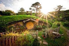 Hobbit house | Nieuw Zeeland Fan van de boeken of films? Dan moet je zeker eens de Hobbiton Movie Set in Nieuw Zeeland bezoeken. Er zijn talloze van dit soort kleine, schattige huisjes, omgeven door een bloemrijke omgeving en stenen paden.